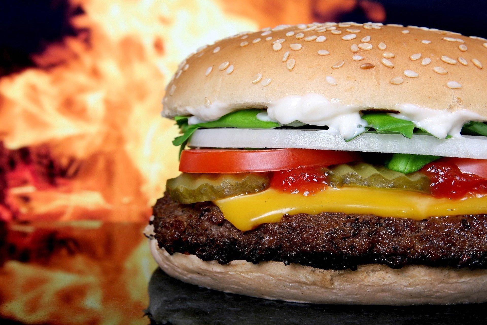 Hamburger mit Feuer im Hintergrund