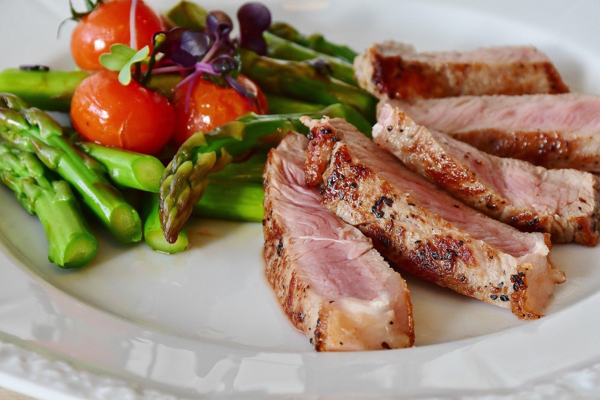 Steak mit grünen Spargel und Tomaten