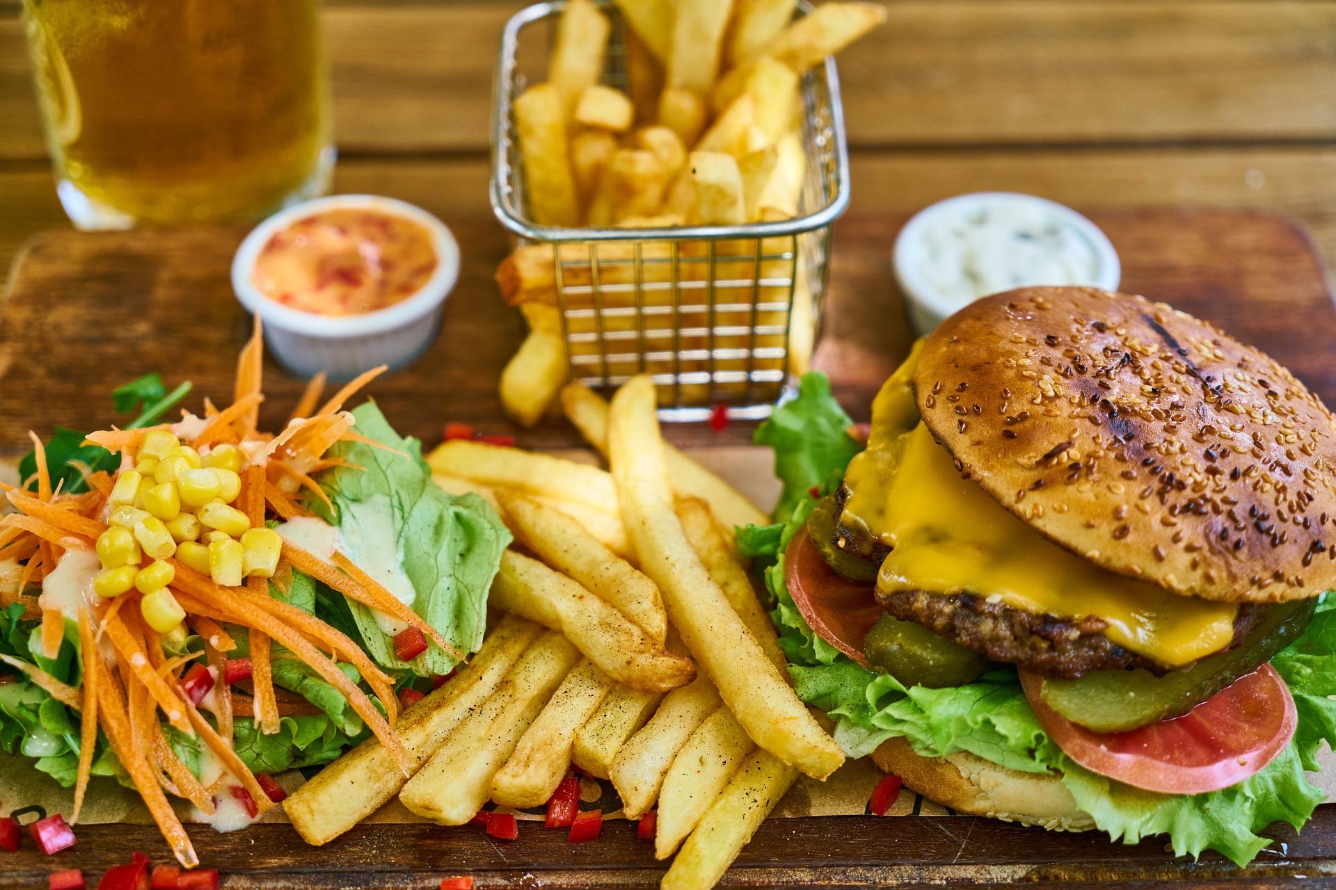Hamburger mit Pommesfrites, Salat und Dips